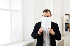 Biznesmena nakrycia twarz z pustym papierem zdjęcie stock