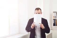 Biznesmena nakrycia twarz z pustym papierem obraz royalty free