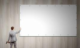 Biznesmena naprawiania sztandar Fotografia Stock