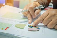Biznesmena narządzanie donosi papiery z wykresami, mapy na Stac zdjęcie royalty free