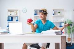 Biznesmena narządzanie dla wakacje w biurze Fotografia Royalty Free