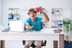 Biznesmena narządzanie dla wakacje w biurze Obrazy Royalty Free