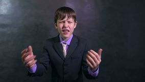 Biznesmena nastolatka chłopiec gniewny krzyczeć przysięga zwolnione tempo zbiory wideo