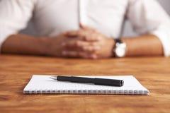 Biznesmena notatnika drewniany tło obraz stock