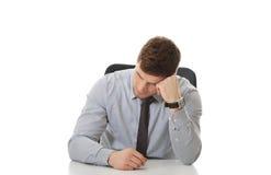 Biznesmena obsiadanie biurkiem w biurze zdjęcie royalty free
