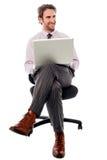 Biznesmena obsiadanie na krześle z laptopem Zdjęcie Stock