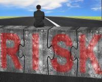 Biznesmena obsiadanie na ogromnych betonowych łamigłówkach z czerwonym ryzyka słowem Zdjęcia Royalty Free