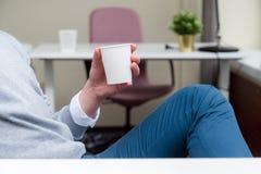 Biznesmena obsiadanie przy biurowym biurkiem i mieć kawowej przerwy whi fotografia royalty free