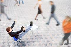 Biznesmena obsiadanie przy stołowym outside Zdjęcia Stock