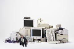 Biznesmena obsiadanie Różnorodnymi Przestarzałymi technologiami Fotografia Stock