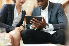 Biznesmena obsiadanie w hotelu kuluarowym używa telefonie komórkowym laptopie i Obrazy Royalty Free