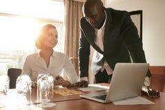 Biznesmena obsiadanie w hotelu kuluarowym używa telefonie komórkowym laptopie i Obrazy Stock