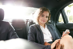 Biznesmena obsiadanie w hotelu kuluarowym używa telefonie komórkowym laptopie i Zdjęcie Royalty Free