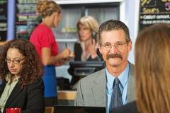 Biznesmena obsiadanie w kawiarni obrazy royalty free