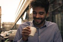 Biznesmena obsiadanie w ulicznej kawiarni i mieć kawową przerwę Busi zdjęcia royalty free