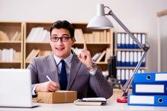 Biznesmena odbiorczy pakuneczek w biurze Obrazy Stock