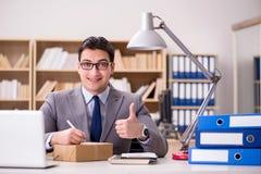 Biznesmena odbiorczy pakuneczek w biurze Obrazy Royalty Free