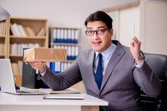 Biznesmena odbiorczy pakuneczek w biurze Zdjęcie Royalty Free