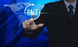 Biznesmena odciskania guzik 24 godziny usługowej ikony nad mapą Zdjęcie Royalty Free
