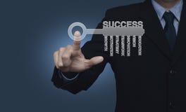 Biznesmena odciskania klucz z biznesów słowami nad błękitnym backgroun Obrazy Royalty Free