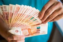 Biznesmena odliczający pieniądze, Rosyjskiego rubla waluta pieniężni i zamożni pojęcia Nowi banknoty w 5000 rublach w samiec fotografia stock