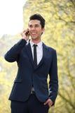 Biznesmena odprowadzenie i opowiadać na telefonie Obrazy Royalty Free