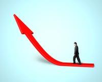 Biznesmena odprowadzenie na narastającej czerwonej strzała w zieleni Zdjęcie Stock