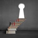 Biznesmena odprowadzenie na stert książkach wpisywać kształta drzwi Fotografia Royalty Free