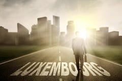 Biznesmena odprowadzenie nad Luksemburg słowo przy wschodem słońca Obraz Stock