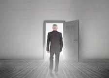 Biznesmena odprowadzenie w kierunku drzwiowego seansu światła Fotografia Stock