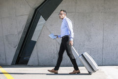 Biznesmena odprowadzenie z torbą konwencja. fotografia stock