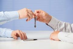 Biznesmena omijania klucze jego partner Obrazy Stock