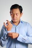 Biznesmena opatrunek, Zapina W górę Jego Koszulowego rękawa Fotografia Stock