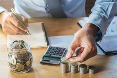 Biznesmena oszczędzania pieniądze pojęcie finanse zdjęcia stock