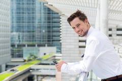 Biznesmena outside i mienie trwanie telefon komórkowy Zdjęcia Stock