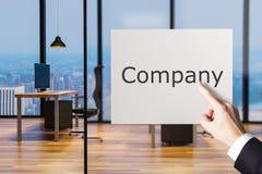 Biznesmena palcowy wskazywać przy billboardem w wielkiej czystej biurowej firmie, 3D ilustracja royalty ilustracja