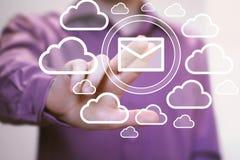 Biznesmena pchnięcia guzika przesyłanie wiadomości poczta sieci chmura Fotografia Royalty Free