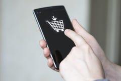 Biznesmena pchnięcia guzika wózek na zakupy online telefon Obrazy Royalty Free