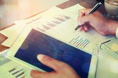 Biznesmena pióra writing analizuje firma zyski obraz stock