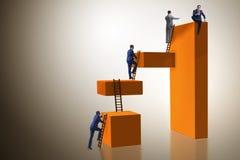 Biznesmena pięcia bloki w wyzwanie biznesu pojęciu zdjęcie stock
