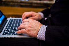 Biznesmena pisać na maszynie obrazy royalty free