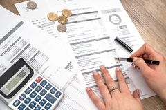 Biznesmena planistyczny miesięczny kredyt mieszkaniowy, obrazy royalty free