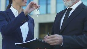 Biznesmena podpisywania dokument, klucze, domu zakup i biuro czynsz brać, zbiory