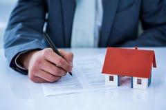 Biznesmena podpisywania kontrakt dla nowego domu Zdjęcie Royalty Free