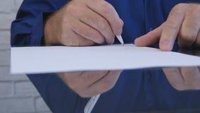 Biznesmena podpisywania kontrakt w biurze na biurku obrazy royalty free