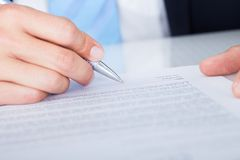 Biznesmena podpisywania kontrakta papier Zdjęcia Royalty Free