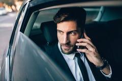 Biznesmena podróżowanie taxi i robić rozmową telefonicza Fotografia Royalty Free