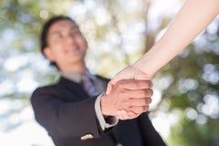 Biznesmena potrząśnięcia ręka w plenerowym Zdjęcia Royalty Free