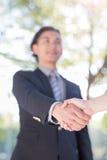 Biznesmena potrząśnięcia ręka w plenerowym Zdjęcie Royalty Free