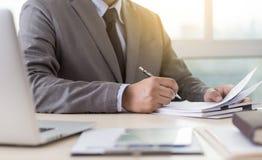 Biznesmena pracujący czytanie dokumentuje wykres pieniężnego akcydensowy suc Zdjęcie Stock